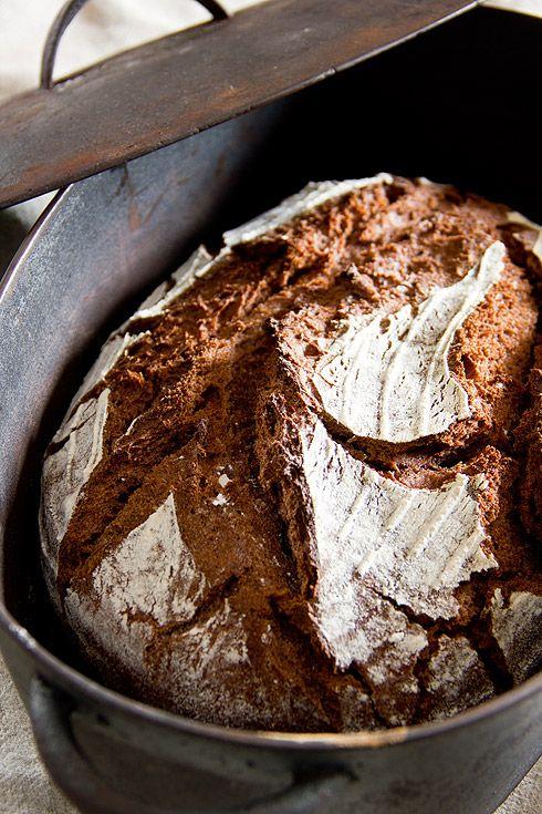 Während meiner Bäckerwalz 2013 habe ich Halt bei der Drax-Mühle nicht unweit von München gemacht. Monika Drax, eine der wenigen Müllerinnen Deutschlands, setzt in ihrem Betrieb den Schwerpunkt auf alte Getreidesorten. Ich habe nun ihr Rotkorn-Vollkornmehl zu einem äußerst schmackhaften, lockeren Brot verarbeitet. Rotkorn ist eine alte Weizensorte (auch als Granatweizen im Umlauf), die besonders reich Weiterlesen...