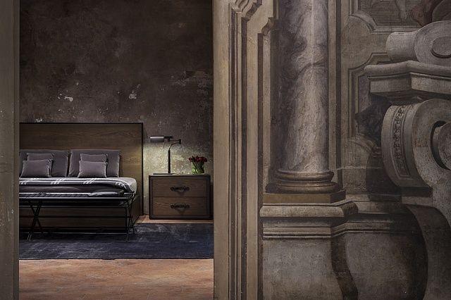 В миланском палаццо Gallarati Scotti открылся первый интерьерный магазин Bottega Veneta. Среди архитектуры XVIII века расположились мебель, дизайнерский декор и лампы от модного Дома. Фрески и наборные деревянные панели на стенах только подчеркивают простоту решений — и на таком фоне вещи кажутся еще привлекательнее.  Постельное белье Интерьер Текстиль Кровать Спальня Цвет Дизайн Декор