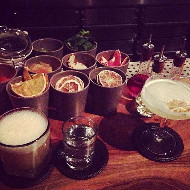 Suderman: Barkultur at its best  Nachdem wir euch gestern die Gourmet Falafel im @mataim_ ans Herz gelegt haben, wollen wir euch heute zu köstlichen Drinks in der @sudermanbar verführen. Direkt am Sudermanplatz gelegen findet ihr seit 2015 dieses Schmuckstück der Kölner Barkultur.  Der Service ist aufmerksam und sympathisch, das Interieur puristisch, die Drinks sind exzellent 🍸und die Cocktailberatung versteht wirklich etwas von ihrem Fach. 🍹 Wer gerne richtig gute Drinks zu sich nimmt…