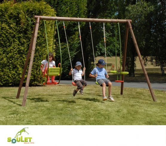 Portique bois Soulet SAFRAN composé de deux balançoires, un vis-à-vis et une balancelle.