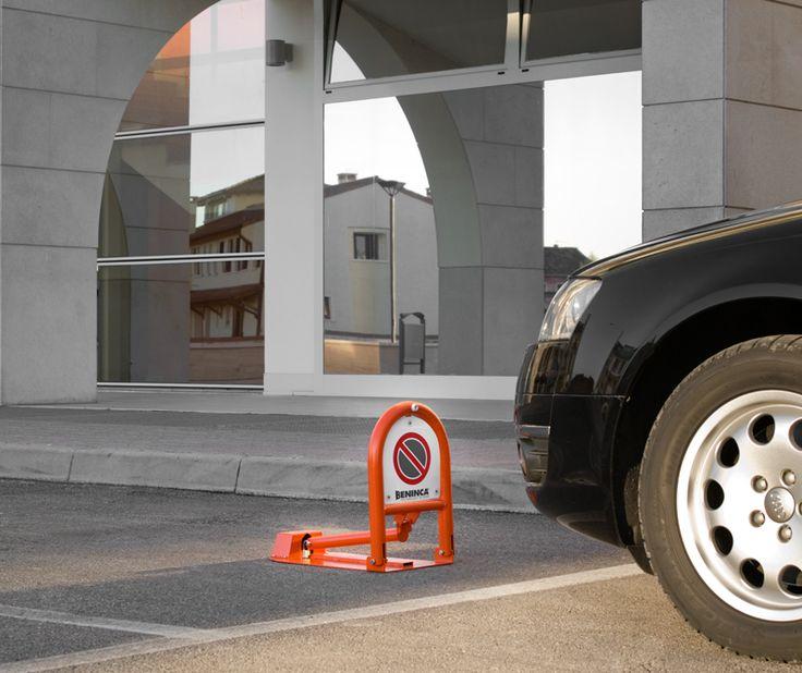 Een representatieve en solide beveiligingsoplossing dat de kans op een ramkraak tot een minimum beperkt. De zware staanders worden met een onderlinge afstand van 150 centimeter geplaatst. Doordat de staanders in beton worden gegoten, is het geheel uitermate robuust. De beveiliging wordt standaard thermisch verzinkt volgens de NEN-EN-ISO 1461 norm. #staanders
