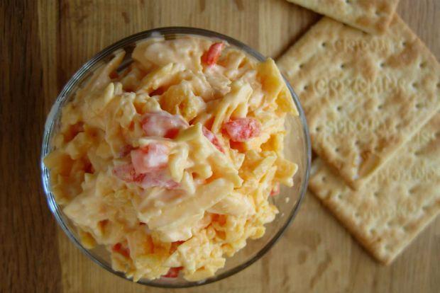 Όπως υπογραμμίζουν οι ειδικοί, υπάρχουν τόσες συνταγές για Pimento cheese όσες και οι οικογένειες του αμερικάνικου Νότου, απ 'όπου και προέρχεται το δημοφιλέστατο αμερικανικό άλειμμα. Είναι απλούστατο, νοστιμότατο και σερβίρεται με ψωμί και κρακεράκια, μπαίνει σε χάμπουργκερ ή γεμίζει ντομάτες και βραστά αυγά.