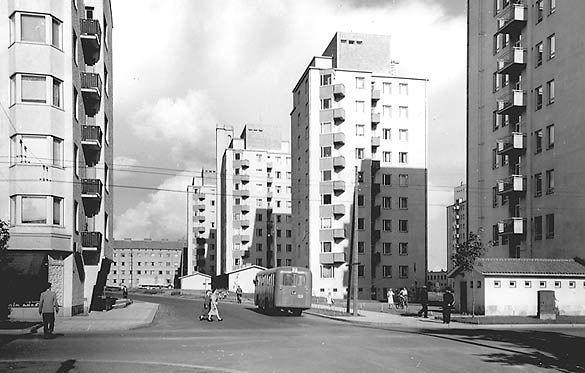 Linja-auto Kalevan tornien keskellä.  Linja-auto Kalevan tornien keskellä joskus 1950-luvun loppupuolella. Leveät kadut jalkakäytävineen ja funkkistyyliset kerrostalot edustavat 1950-luvun kaupunkirakentamisen ihanteita. Kuva: V.O.Kanninen, Tampereen museoiden kuva-arkisto.