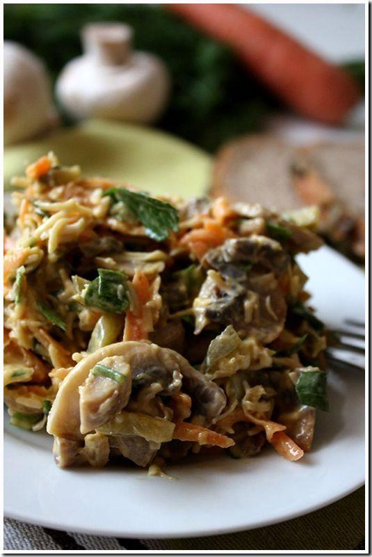 грибной салат..... Ингредиенты: свежие шампиньоны головка лука твердый сыр морковь соленые огурчики зелень соль, черный перец майонез/сметана + горчица (лучше брать пряную)