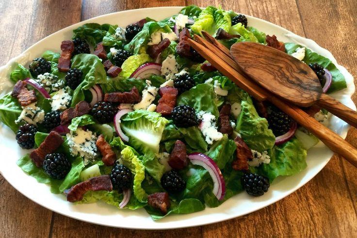 Dagens salat er måske ikke verdens sundeste, men til gengæld smager den simpelthen bare så godt. Det sprøde salte bacon, den skarpe bløde blåskimmelost, de søde bær, den let bitre salat og det stærke fra løgene går op i en højere enhed sammen med den sød/syrlige balsamico og det grove r....