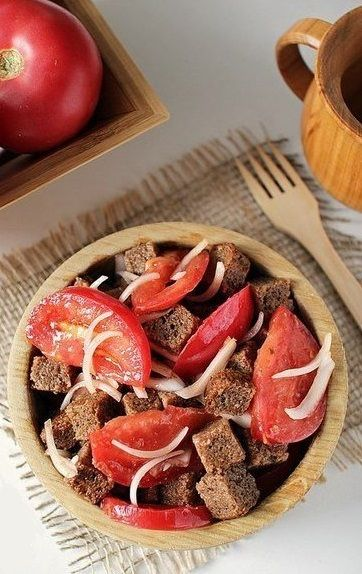 Bread salad with tomatoes and onion