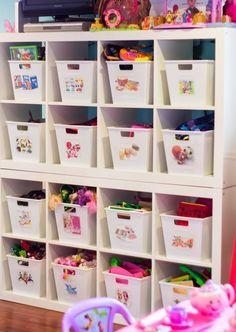 Des bacs à hauteur d'enfant avec des étiquettes visuelles indiquant les contenus.  C'est simple et efficace ! #enfant #organisation  #rangement