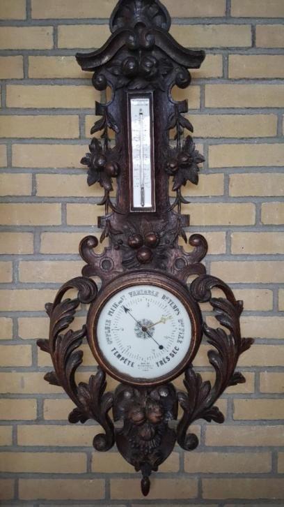 Grote 110 cm en rijkelijk bestoken antiek Franse jacht barometer. De thermometer werkt optimaal. De kwikbuis voor het weerstation moet vervangen worden maar daar is de prijs ook naar. Eerst even bekijken? dat kan in ÚS Sporthal in Leeuwarden. Bel ons voor een afspraak 0627282790 en onder het genot van een bakje koffie kunt u dit artikel en nog veel meer Art Deco, Vintage, Decoratie en Rariteiten bekijken in onze opslag. Geen mogelijkheid om te halen? Wij bezorgen in Nederland en België…
