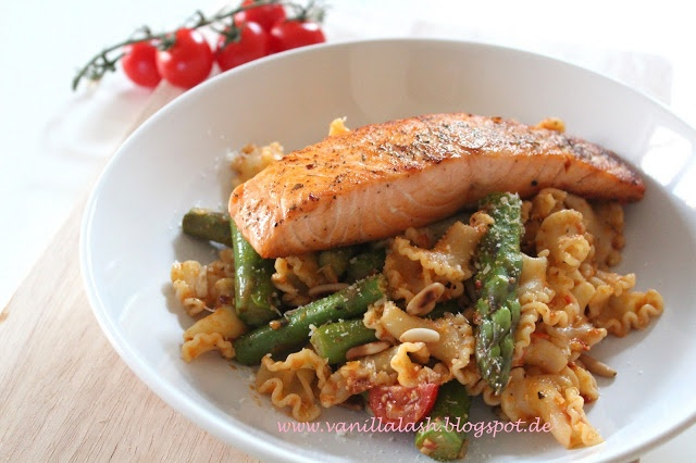 Pasta with Asparagus and Salmon