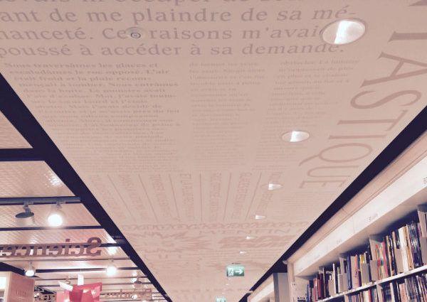 Plafond tendu acoustique de grande surface installé par abrium dans la librairie Payot à Genève en 2015.