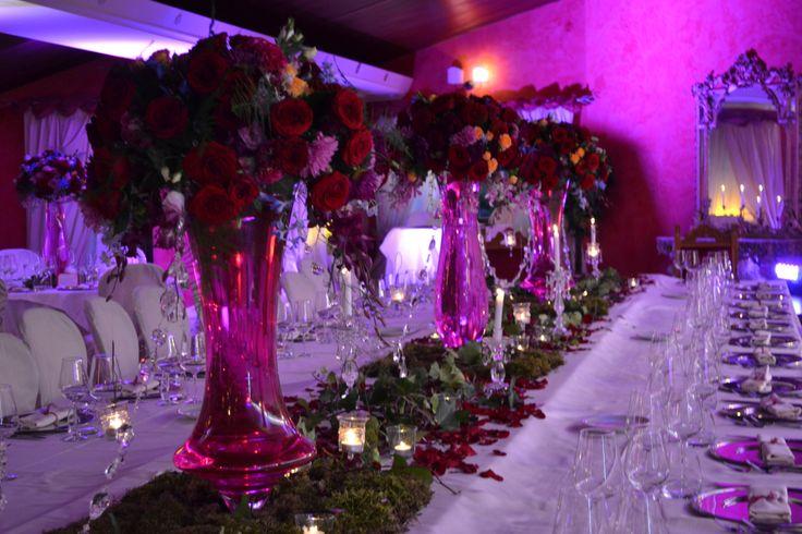 tavola con decori rosa