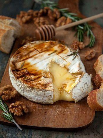 オーブンで焼いた白カビチーズの「ブリー」  ブリーはカマンベールより大きくて、癖がありません。  そのままでも美味しいブリーに、クルミとハチミツ、ローズマリーをお好みでトッピングし、バケットに載せて召し上がれ。