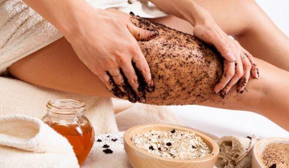 Exfoliante anticelulitis. 3/4 de taza de café (en polvo), 2 cucharadas de sal y 3 cucharadas de aceite de oliva: mézclalas y úsalas en tus piernas, después de el jabón, con movimientos circulares y hacia arriba. Deja reposar de 3 a 5 minutos y listo.  Tus piernas van a quedar humectadas y lisitas. Es una de las recetas caseras de belleza que más nos gusta.