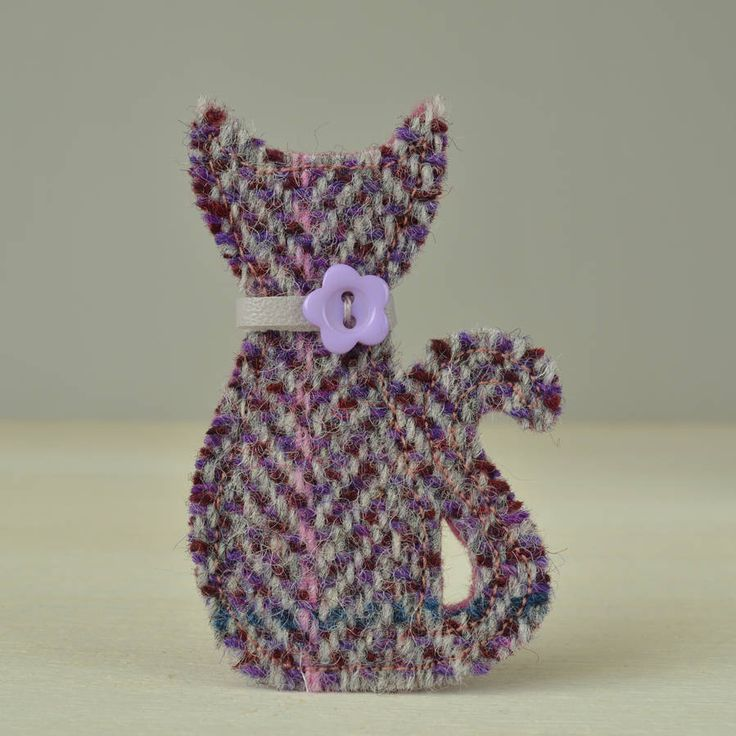 A beautiful handmade Harris Tweed cat brooch available in three colours.The brooch is available in pink/purple check, blue herringbone and purple herringbone. Please see the photographs above which show the three different tweed fabrics available. Please note, due to the large check pattern of the fabric your brooch may vary slightly from those depicted in the photographs.This stunning brooch would make a fantastic gift for cat lovers. The beautiful Harris Tweed fabric used is hand woven in…