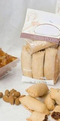 CALZONCELLI sono tipici biscotti della tradizione lucana. Un finissimo petalo dal gusto vellutato, abbraccia un cuore di mandorle e cioccolato.