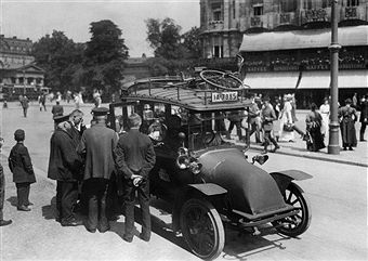 Berlin: Taxi A paperboy sells the Ullstein daily out of a taxi at Leipziger Platz 1910