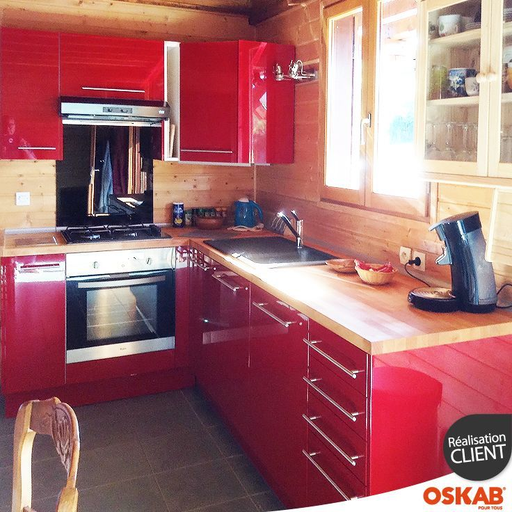 Cuisine Rustique Moderne Rouge Brillante Et Bois En L Cuisine Rustique Cuisines Rustiques Modernes Deco Cuisine Rouge