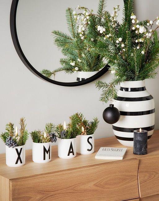 Scandi Christmas! Vereinen sich traditionelle Weihnachts-Deko wie Tannenzweige und Kerzen mit dem typischen geradlinigen Design des Scandi-Stils, begeistert das Interior mit weihnachtlichem Scandi-Flair! Die Becher im minimalistische Typo-Trend dürfen hier auch nicht fehlen! Warum? Weil sie perfekt weihnachtliches Deko-Piece eingesetzt werden können! // Weihnachten Weihnachtsdekoration Ideen Skandinavisch#Weihnachten#Weihnachtsdekoration#Advent#Deko