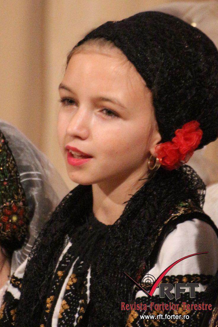 """DATINI ŞI OBICEIURI DE CRĂCIUN LA CURTEA DE ARGEŞ • Curtea de Argeş a devenit şi anul acesta locul de întâlnire al datinilor şi obiceiurilor de Crăciun din aproape întreaga ţară, deoarece Festivalul Naţional al Datinilor şi Obiceiurilor de Crăciun care, anul acesta, a ajuns la a doua ediţie, a reuşit din nou să strângă laolaltă reprezentanţi din Transilvania, Muntenia şi Dobrogea, care au evoluat pe scena Centrului de Cultură şi Arte """"George Topârceanu"""" din localitate"""