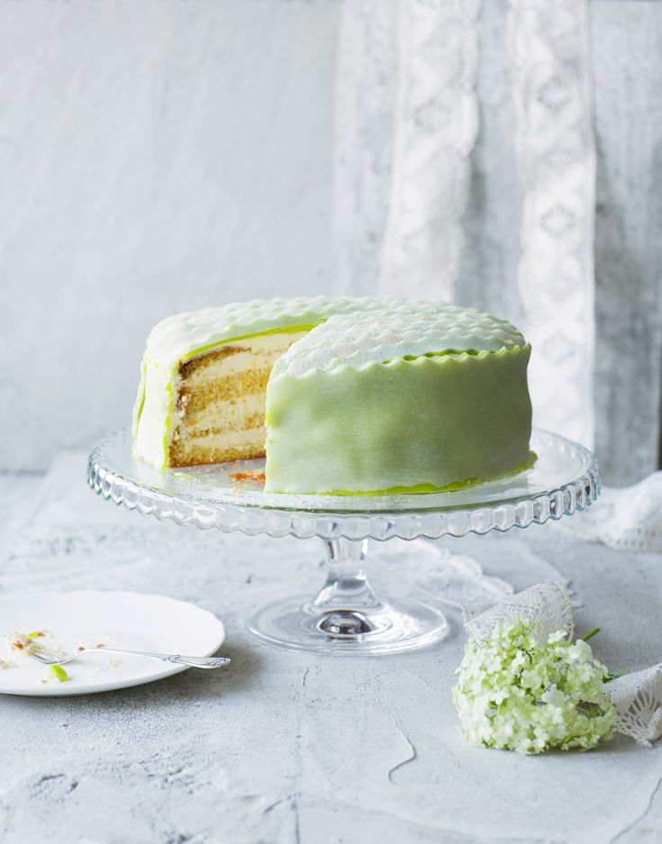 Limetti-päärynätäytekakku - Layer Cake with Lime and Pear Filling. Food & Style Emilia Kolari Photo Johanna Myllymäki. Maku 2/2013. www.maku.fi