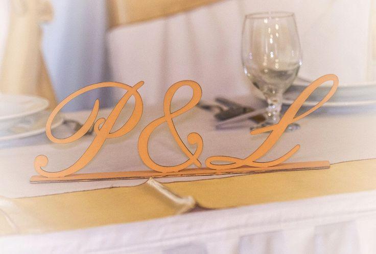 Monogramos tábla fából a főasztalra az esküvő színeiben. Egyszerű, mégis mutatós dekorációs elem. Rendelj az esküvődre a saját betűitekből itt: http://eskuvoidekor.com/spl/874888,2/Feliratok-fabol