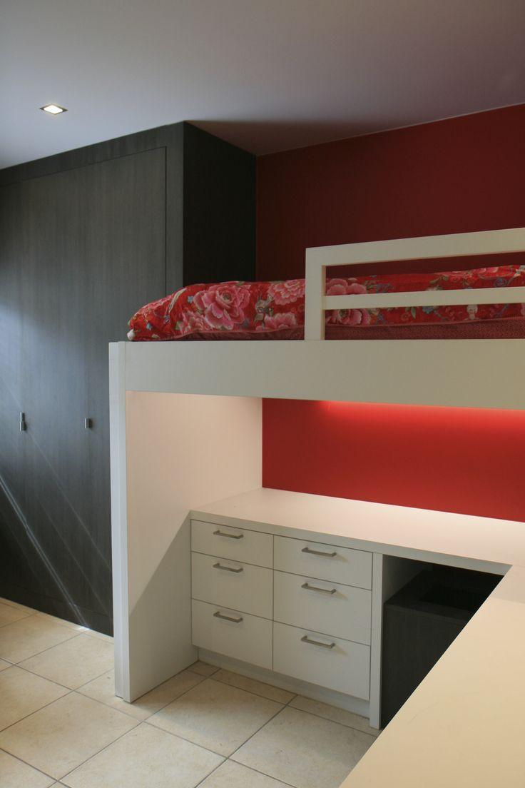 rode kinderkamer bureau en bed vormen één geheel