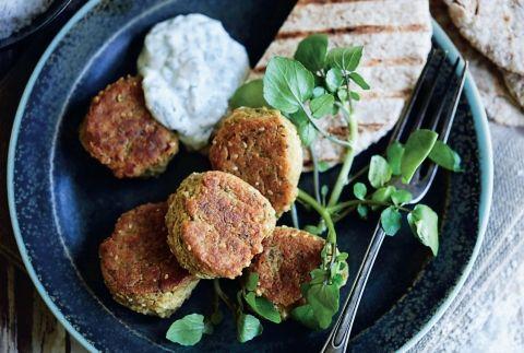 Falafler med myntedip (541 kcal) Nem hverdagsmad, der udgør et lille festmåltid – disse falafler med myntedip smager nemlig fantastisk!