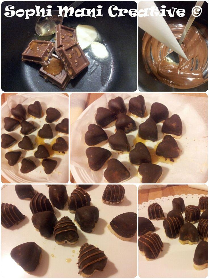 cioccolatini con cioccolato fondente, cuor di zucchero caramellato e letto di cioccolato bianco e riso soffiato