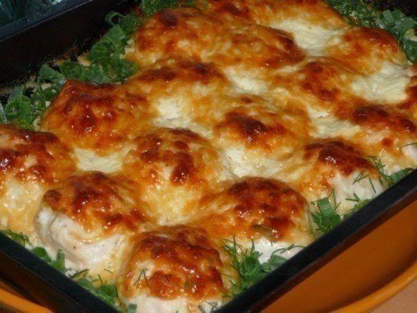 Hähnchenfeischbällchen in Sahne. Mit Kartoffeln oder gedünstetem Reis servieren. Guten Appetit!