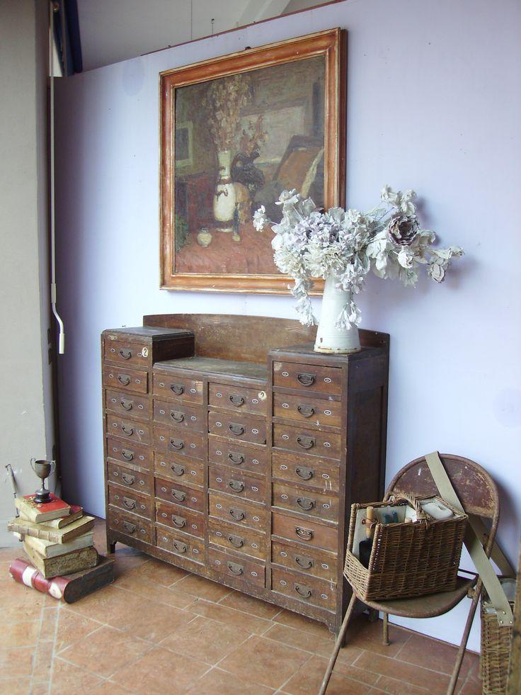 welcomehomeshop:  Cassettiera da tipografo, sedia in ferro pieghevole, fiori in gesso, libri antichi, quadro anni '20