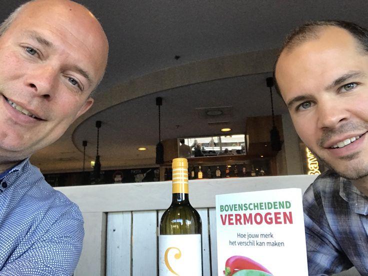 Leuk, auteur Adriaan Oomen met Duco van de wijnimporteur Vinumo. In zijn boek 'Bovenscheidend Vermogen' presenteert Adriaan de case hoe Vinumo omgaat met het creëren van bovenscheidend vermogen van hun merk. #bovenscheidendvermogen #adriaanoomen #vinumo #futurouitgevers