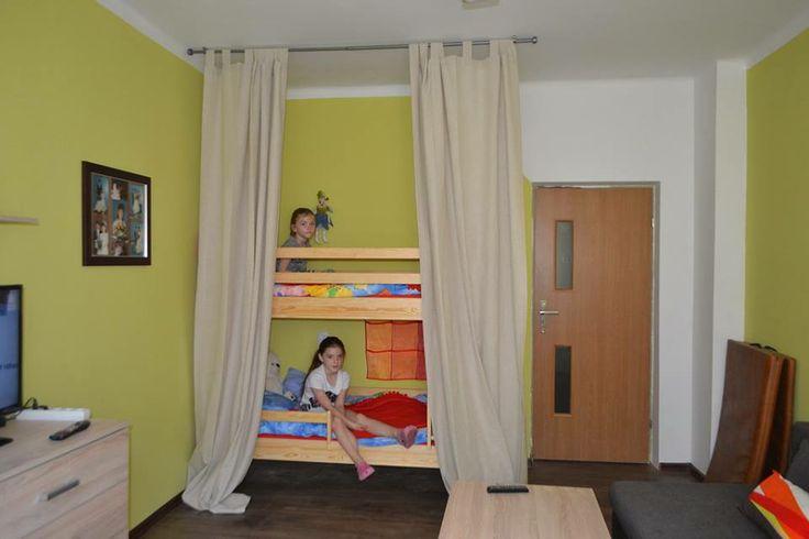 """Nikola i Natalia mają teraz swoje łóżka, a do tego taki mały pokoik w pokoju. Jak tata ogląda telewizję mogą ,,zamknąć """" się u siebie."""