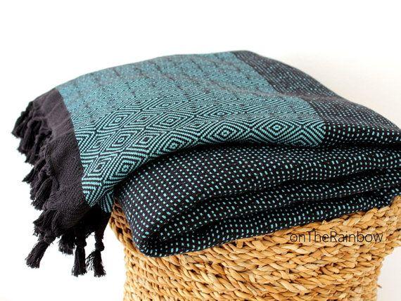 Zwarte benzine groene Boheemse katoenen deken Coverlet Bedspread Sofa stoel gooien Outdoors Picknickkleed in grijs zwart Diamond patroon grote gooien deken cadeau voor paar gastvrouw   ➳ 100% biologische katoen ➳ Grootte: 200 x 240 cm | 79 x 94 (+/-5%) + marge ➳ Hoge kwaliteit ➳ handgeweven ➳ Gewicht: 1200 gr (2,65 lb)   Must-have Trendy & stijlvol organische 100% katoenen deken kan worden gebruikt als:  ✪ Bed cover / bedspread / coverlet ✪ Picknickkleed. ✪ Strand deken ✪ Throw blanket ✪…
