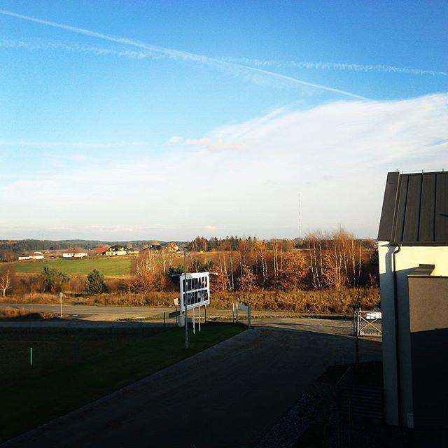 Jesień nie taka straszna dziś.  ________________________ #polska #jesień #widok #niebo #widokzokna #dzień #blue #autumn #sky