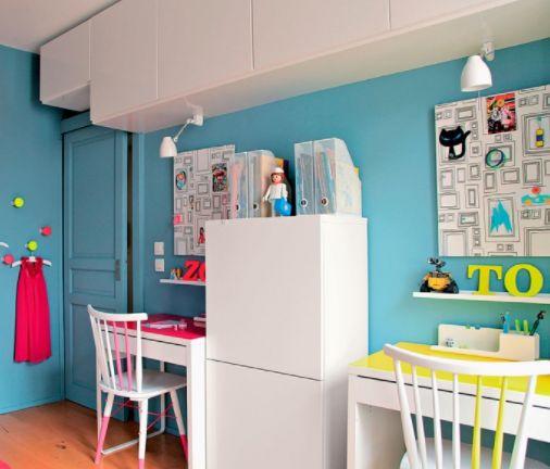 Aménagement d'une chambre de jeunes avec deux bureaux et plateau en couleur fluo.