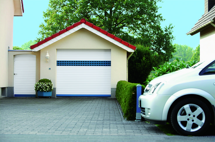 garagentor in weiss mit blauem sichtfensterprofil garagentore pinterest fenster. Black Bedroom Furniture Sets. Home Design Ideas