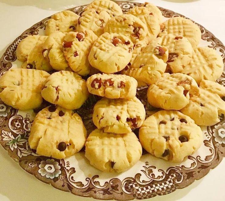 @farkli.tariflerin_yeri - Harika leziz bir kurabiye tarifi verecegim  her daim yapabileceginiz super bir kurabiye oluyor Damla çikolatalı uzumlu kurabiye Malzemeler 125 gr tereyag yada margarin Yarim su bardagi siviyag Bir yumurta Yarim cay bardagindan bir parmak fazla pudra sekeri Birer paket kabartma tozu ve vanilya 4 su bardagi un( kontrollu koyun artip azalabilir) Iki uc yemek kasigi uzum(ekstra findik kirigi cevizde ekleyebilirsiniz) Uc yemek kasigi damla cikolata Yapilisi & Hamu...