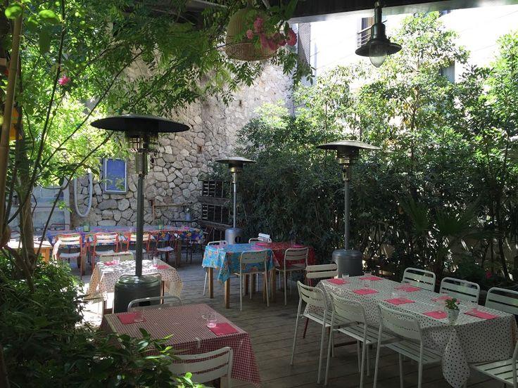La Passarelle  Quasiment à l'extrémité du Vieux-Port, juste derrière la Criée, la Passarelle est un lieu étonnant en plein cœur de Marseille. Dès l'été, c'est dans le « jardin potager terrasse » que les repas se prennent. Bordé d'une végétation luxuriante, l'établissement est des plus insoupçonnables. Quant à la carte, sont proposés des plats traditionnels et familiaux inspirés de la gastronomie de tout le bassin méditerranéen. Et pas de monotonie ici puisque les menus changent tous les…