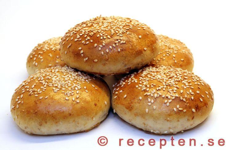 Hamburgerbröd - Recept på goda och saftiga hamburgerbröd som du enkelt bakar själv. Bilder steg för steg.