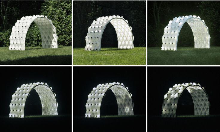 El pabellón Solar Bytes, diseñado por Brian Peters, Profesor Asistente en la Universidad Kent State, es una estructur...