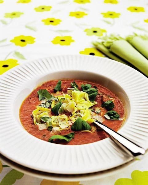 Tortellinit tomaatti-yrttikastikkeessa
