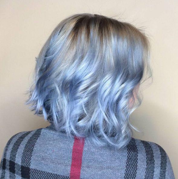 """O look azul se manifesta de diversas formas. Esse aqui, por exemplo, é chamado de """"jeans prateado"""":   16 provas de que o cabelo azul jeans é a verdadeira tendência de 2017"""