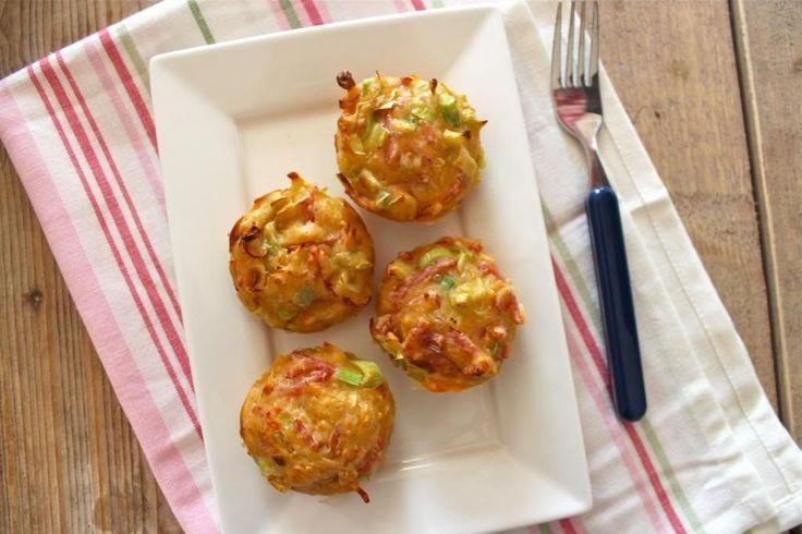 Lekkere hartige muffins met gerookte ham, kaas en prei. Deze hartige muffins zijn ideaal om te serveren als snack of gewoon lekker als bijgerecht.