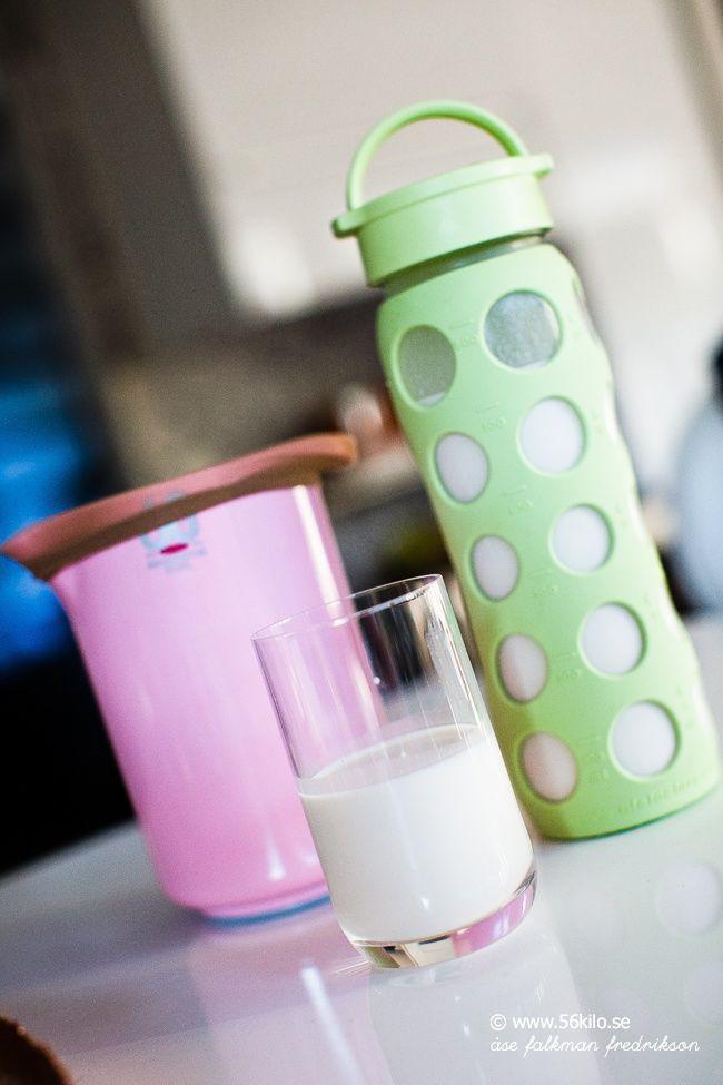 God morgon! Jag insåg i går att jag inte lagt ut mitt recept på mandelmjölk. Jag undviker mjölk, dels blir jag upplåst i magen av det när jag dricker det rent och sedan så är ju inte mjölk ett så hälsosamt alternativ egentligen. Mandelmjölk är desto nyttigare och sååååå gott och enkelt att göra själv! […]