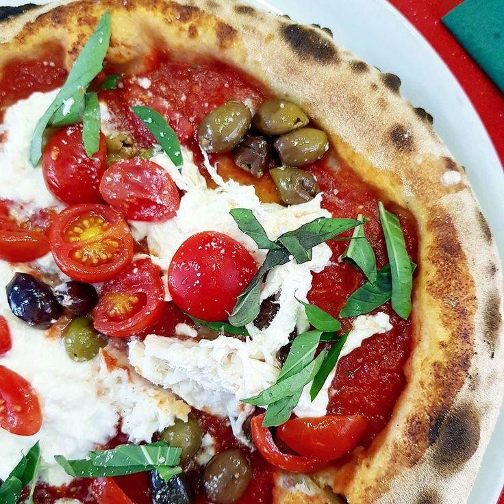 İtalyan mutfağının yıldızı malzemedir derler. Neden olduğunu burada daha iyi anlıyorsunuz. Şahane hamur mis gibi domates kadifemsi dokusu ve ürpertici lezzetiyle burrata ve işte karşınızda nadir güzellikte bir pizza. Verona hayal gibi bir şehir. Romeo ve Giuletta'nın şehri. Az sonra Giuletta'nın evinde olacağız. Detaylar Instastories'de... #oburcan #dudecope #verona #oburcanverona #italia #italy #italianfood #uff #uffgastro
