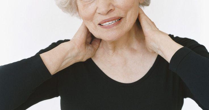 Exercícios de alongamento para a terceira idade. Na medida em que envelhecemos, nossos músculos ficam mais duros e nossos movimentos mais lentos e dolorosos. Para os idosos, fica mais difícil fazer coisas simples como subir escadas, abrir frascos e alcançar objetos. Os exercícios de alongamento são importantes porque ajudam a aquecer antes de realizar exercícios de força e resistência, a esfriar ...