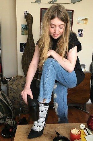 Agrandissez vos chaussures avec des chaussettes épaisses et un sèche-cheveux. | 11 trucs que tous les gens qui portent des vêtements devraient savoir