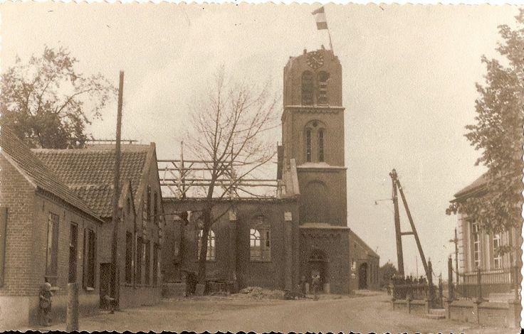 Verwoeste kerk met vlag in toren bij bevrijding mei1945 in Ommel