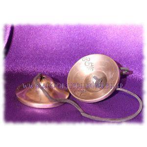 Tingtchaks, reliées par un cordon de cuir.