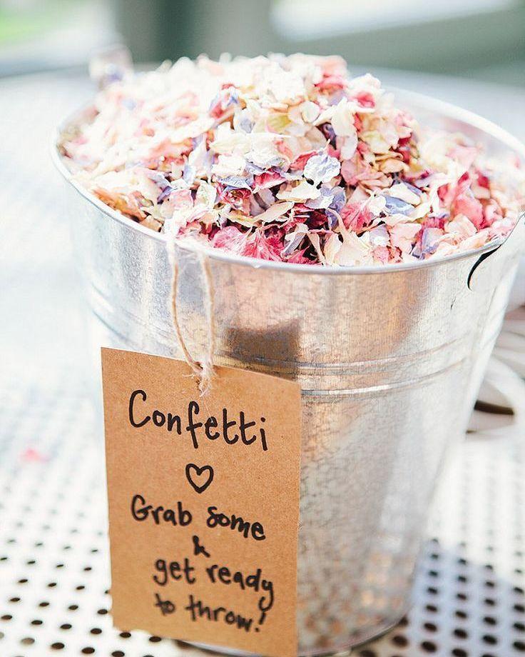 Não sabe onde colocar os confetes? Faça pequenos recipientes e coloque tags explicativas. As fotos vão ficar incríveis e é um investimento bem baratinho!